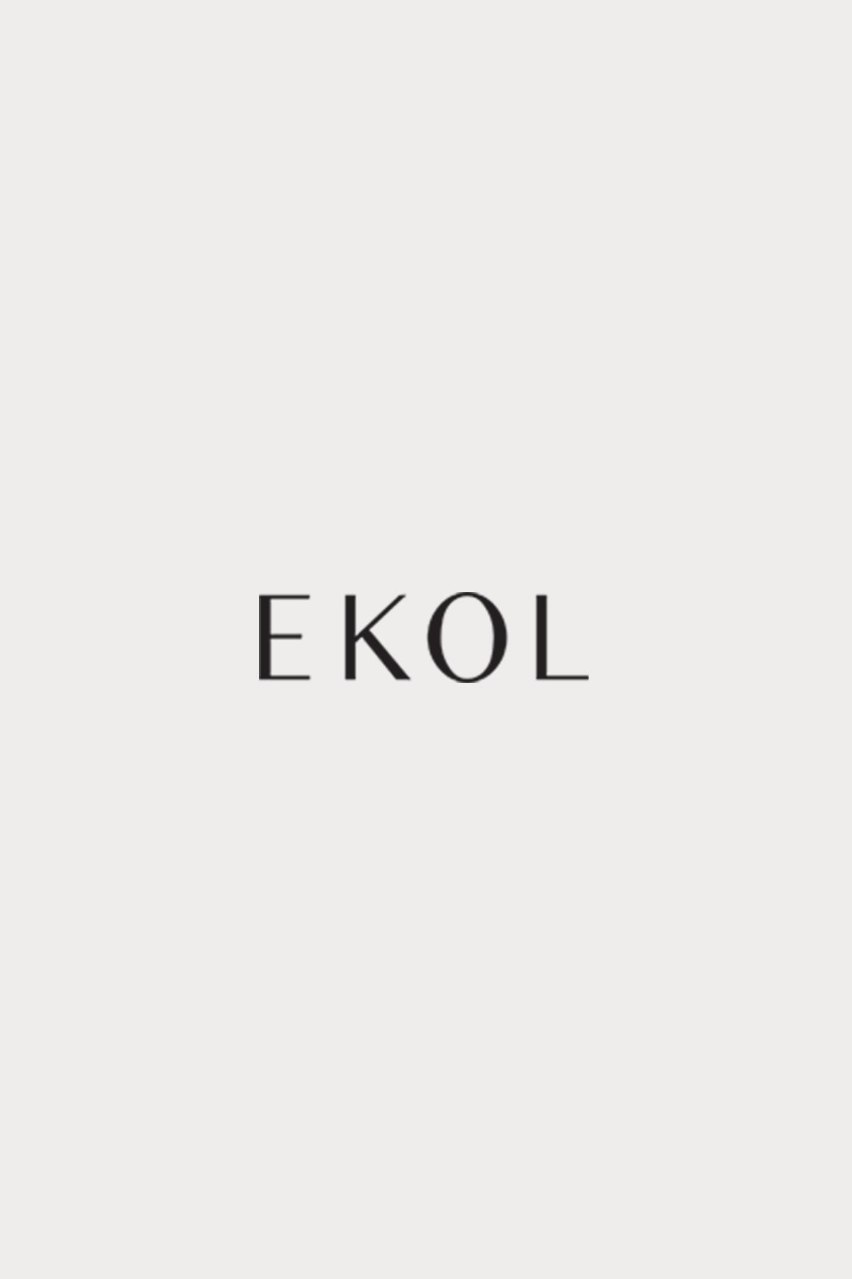 Siyah çiçek desenli ip askılı fırfırlı bluz